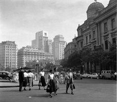 """Largo da Carioca, em 1950. À direita, o prédio do Liceu de Artes e Ofícios. Logo atrás, o Hotel Avenida. Já à esquerda, o prédio da loja """"A Exposição"""". Este logradouro foi o que mais sofreu alterações urbanísticas."""