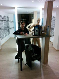 Für den Kaffee ist alles bereit. Nur die Barista ist noch etwas zu wenig bekleidet. Barista, Desk, Furniture, Home Decor, Coffee, Homemade Home Decor, Desktop, Writing Desk, Home Furnishings