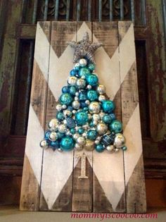 http://www.mommyiscoocoo.com/2013/12/chevron-pallet-ornament-christmas-tree.html                                                                                                                                                                                 More