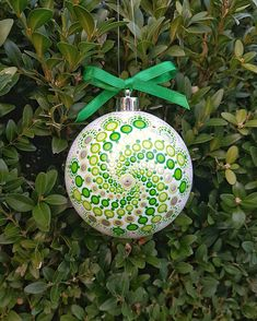 Gold Christmas Decorations, Painted Christmas Ornaments, Hand Painted Ornaments, Diy Christmas Ornaments, Diy Christmas Gifts, Christmas Art, Christmas Tree Ornaments, Dot Art Painting, Mandala Painting
