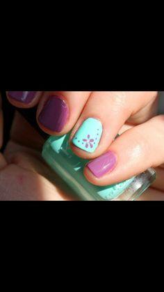 Uñas celestes y moradas con flores y puntos