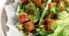 Riktigt krispig och god tofu som serveras i salladsblad med hemgjord sötsur sås, ris och avokado.