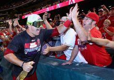 14MLB、ロサンゼルス・エンゼルス・オブ・アナハイム(Los Angeles Angels of Anaheim)対シアトル・マリナーズ(Seattle Mariners)。地区優勝をファンと喜ぶロサンゼルス・エンゼルス・オブ・アナハイムのマイク・トラウト(Mike Trout、左、2014年9月17日撮影)。(c)AFP=時事/AFPBB News