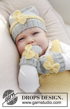 Settet består av: Strikket lue og votter til baby i glattstrikk med perlestrikk og sløyfe. Størrelse prematur - 4 år. Settet er strikket i DROPS BabyMerino