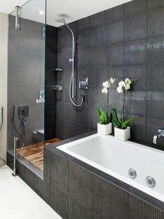 salle de bain avec carrelage gris, baignoire blanche