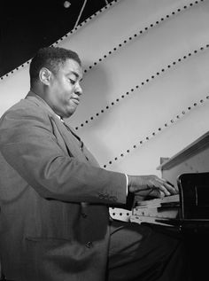 Art Tatum, Vogue Room, New York, N.Y., between 1946 and 1948 (William P. Gottlieb 08321) - Art Tatum - Wikipedia