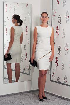 087. Velmi elegantní bílé šaty zdobené zipem.  Vel.: 36/38  Cena: 920,- kč