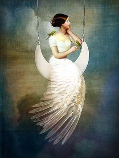 Un nuevo ciclo lunar va en camino a su cierre, la Luna cada vez más madrugadora y oscura nos habla desde las entrañas de la noche larga... La espiral nos lleva una vez más al Oeste, y la invitación es, nuevamente, para abrazar al Silencio y oír qué es lo que tiene para contarnos.Arte:Catrin Welz-Stein