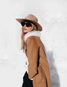 fedora, wide brim hat and camel coat Wool Hat Outfit, Camel Coat Outfit, Older Women Fashion, Womens Fashion, Glamour, Minimal Fashion, Classic Fashion, Fashion Edgy, Fashion Black