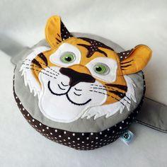 Dětská ledvinka tygr Ledvinka ušitá ze 100% bavlny.Vše je podlepené sakonem pro pevnější tvar.Zapínaní na trojzubec, nastavení velikosti v pase.Možnost šetrného praní na 30C° Výška:15cm šíře:16cm
