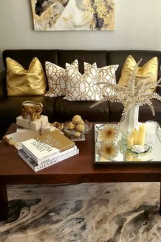 Brown Living Room Decor, White Living Room Decor, Living Room Decor Modern, Brown And Gold Living Room, Decorating Coffee Tables, Table Decor Living Room, Luxury Living Room, Black And Gold Living Room, Gold Living Room Decor
