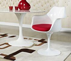 Cadeira Saarinen com braço importada. Base em alumínio fundido, branca ou preta. Revestimento em couro ecológico. Assento em ABS semi brilho. Pintura preta ou branca. Almofada vermelha, preta ou branca. Design by Eero Saarinen.