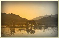 Die Flößer vom Weissensee bei Sonnenuntergang. - Der Alltag dieser Menschen inmitten großartiger Naturlandschaften, die sich trotz Tourismus kaum verändert haben. Noch immer gehen die Flößer am Weißensee ihrer Arbeit am Wasser nach