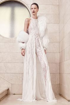 See the complete Atelier Versace Fall 2017 Couture collection.