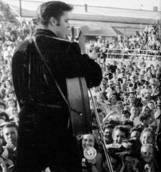 1956 9 26 = Elvis se produit au Mississippi Alabama Fair And Diary Show. Teddy Bear Tattoos, Elvis Presley House, The Ink Spots, 50s Music, Tupelo Mississippi, Free Shows, Young Elvis, King Of Music, Beautiful Voice