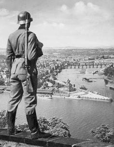 Wehrmachtssoldat blickt auf das Deutsche Eck