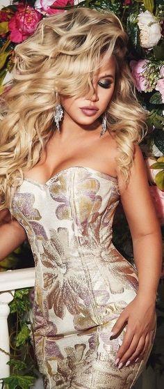 High Fashion Shoots, Shes Perfect, Gold Fashion, Fashion Colours, Sensual, Strapless Dress, Sexy Women, Beautiful Women, Celebrities