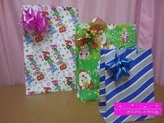 Resultado de imagem para como hacer una bolsa con papel de regalo