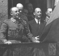 1939-09-06 Cáceres, 6 de septiembre de 1936. Detalle del discurso del General Franco. Detrás de éste se distingue a su Jefe de E. M., Francisco Martín Moreno. Detrás de D. Gonzalo López- Montenegro está el General Alfredo Kindelán. La bandera aún se conserva en la casa