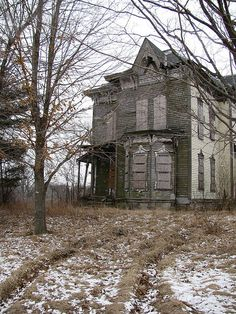 Looks like a typical haunted house but I bet she's just sad and abandoned. Abandoned Buildings, Abandoned Property, Old Abandoned Houses, Old Buildings, Abandoned Places, Abandoned Castles, Old Mansions, Abandoned Mansions, Beautiful Homes