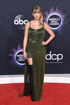Taylor Swift attends the 2019 American Music Awards on November in Los. -Michaelsjulia: Taylor Swift attends the 2019 American Music Awards on November in Los. Taylor Swift Moda, Taylor Swift Style, Taylor Alison Swift, Taylor Swfit, Swift 3, Christina Aguilera, Taylor Swift Vestidos, Selena Gomez, American Music Awards 2019