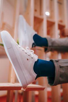 New Lab nous raconte son histoire avec cette paire de baskets. La croix est cousue à l'aide d'un épais fil marron. Plus qu'un simple détail, cette dernière est censée représentée les points cardinaux, faisant ainsi écho aux voyages des fondateurs et à l'esprit de la marque.   #sneakers #whitesneakers #sneakersaddict #sneakershead #sneakersaddict #mensblogger #mensfashion #fashion #baskets #menshoes #shoes #whitebaskets #allwhite #sneakersformen