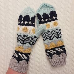 Kuvan mahdollinen sisältö: 1 henkilö Knit Mittens, Mitten Gloves, Wrist Warmers, Hand Warmers, Knitting Accessories, Knitting Projects, Handicraft, Hand Knitting, Knit Crochet