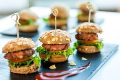 Victoria BBQ Catering by Fat Daddy's featuring pig roasts, traditional southern food and gourmet round burger sets that will satisfy any foodie. Mini Hamburgers, Easy Bbq Chicken, Chicken Sliders, Fried Chicken, Slider Burger, Brunch, Restaurant Barbecue, Menu Vegetariano, Gourmet Catering