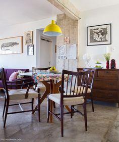 Após a reforma esse apartamento ganhou revestimentos modernos, como cimento queimado e concreto. Na decoração, móveis antigos e heranças de família.