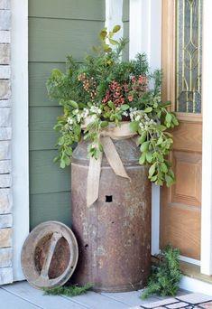 Fantastic Rustic Farmhouse Porch Decor Ideas Antique milk can rusty flower pot idea # Antique Milk Can, Vintage Milk Can, Old Milk Cans, Milk Jugs, Milk Pail, Rustic Outdoor Decor, Rustic Patio, Outdoor Decorations, Front Porch Decorations