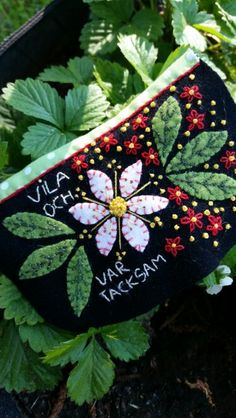 Marshma, embroidery pouch by Pia Sjöstrand Swedish Embroidery, Crewel Embroidery, Textiles, Penny Rugs, Swedish Design, Wool Applique, Felt Dolls, Felt Art, Fabric Art