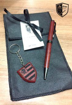 Conjunto caneta e chaveiro Flamengo, com resíduo de  madeira amazônica, a muirapiranga.  By: Du´Artes Artesanatos 2016.  Alessandro e Emmanuelle
