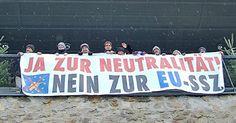 """Die antimilitaristische Initiative """"Solidarwerkstatt Österreich"""" hat am Sonntag in Linz gegen Österreichs Teilnahme an der EU-Militärunion """"SSZ"""" (oder: """"PESCO"""") protestiert. Dazu machten die Aktivisten an mehreren Orten mit einem Transparent (""""Ja zur Neutralität! Nein zur EU-SSZ!"""") auf sich aufme..."""