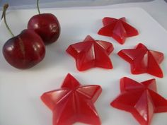 Ever want to make homemade gummies but thought it would be to difficult? Pinner says: This recipe is so easy and the end result is loved by all including my niece who is very picky with what she eats. Homemade Gummy Bears, Homemade Gummies, Homemade Jelly, Homemade Candies, Candy Recipes, Sweet Recipes, Snack Recipes, Best Candy, Chocolate Bark
