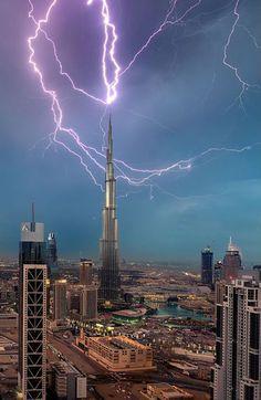 C'est la plus grande tour du monde. La Burj Khalifa, à Dubaï, aux Emirats Arabes Unis, semble défier le ciel, haute de 828 mètres. Mais les éléments se déchaînent parfois dans le désert... Le photographe Mohammad Azmi, 29 ans, a immortalisé le spectacle de la foudre frappant le paratonnerre de la tour.