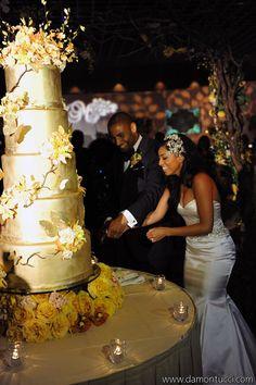 Rosen Shingle Creek wedding reception in Orlando, Florida. Wedding lighting by keventlighting.com. Photo by damontucci.com #rosenshinglecreek #weddingorlando #lightingwedding #eventlighting #cakelighting