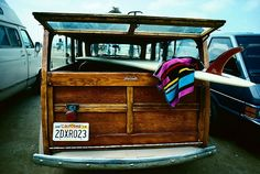#Woodie and a #Longboard. So cool. #surfboard #surfing #vintage #classiccars #beach