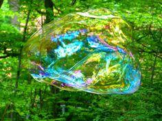 Geef je over aan plezier, aan spel, aan het doen in plaats van denken Make attracting abundance a game! Light and full of color like this bubble of soap!