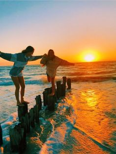 How to Take Good Beach Photos Photo Best Friends, Best Friend Photos, Cute Friends, Best Friend Goals, Friend Pics, Bff Pics, Summer Goals, Summer Fun, Summer Nights