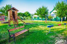 Parcul de joacă pentru copii  din cadrul Tabara Saulia cuprinde leagăne, balansoare,  turn de joacă, hamace, groapă cu nisip și multe alte atracții pentru mici și mari. Copiii de orice varsta isi pot petrece aici ore intregi de distractie si voie buna, alaturi de un cadru natural de vis.