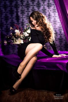 скромно вечернее платье позы девушка интерьер сидя спереди целиком