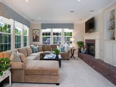 großes Sofa im Wohnzimmer