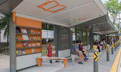 Um ponto experimental de ônibus de Cingapura está verdadeiramente em um outro nível de genialidade. Projetado pela firma local DP Architects, a estrutura do protótipo foi concebida com a missão de fazer com que a espera seja divertida. Podemos dizer que este objetivo foi alcançado com louvor.    Localizado no centro da cidade de Jurong Lake D...