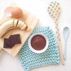 Who could say that this 3 ingredient combined could be so tasty! Easy fast and low in carbs!  He descubierto la receta de la operación bikini! #Bizcocho con apenas estés 3 ingredientes y esta riquísimo! Fácil, rápido y sin hidratos. Así no cuesta hacer #dieta!! --------------- Receta: juntar 1 plátano 1 huevo y 2 cucharadas de cacao o 3 cuadraditos de chocolate min 70% cacao batir con la batidora y hornear 10 a 12 min a 200 grados!