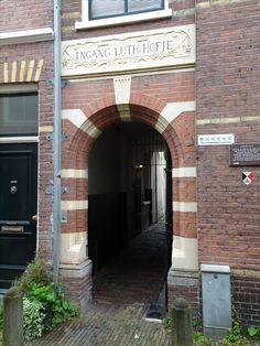 Haarlem - Luthers Hofje. Een Haarlems hofje, aan de Witte Herenstraat 16, tegen de Lutherse kerk uit 1581. Bij een druk op de bel gaat automatisch het hek open op de openingstijden. Gesticht in 1615 door de Lutherse gemeente en nauw verbonden met de kerk, beide gebouwd op de grond van de St Antonieboomgaard van de Norbertijnen. Er waren in aanvang 4 huisjes die tegen de kerk aan waren gebouwd. In 1648 werden er 5 huisjes bijgebouwd. Foto: G.J. Koppenaal - 1/7/2016.