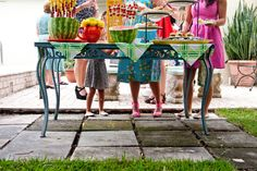 30 Easy Outdoor Entertaining Ideas: http://www.hgtvgardens.com/entertaining/easy-outdoor-entertaining-ideas?s=10soc=pinterest