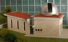 """L''Osservatorio non è soltanto un """"grande occhio"""" rivolto verso il cielo notturno, ma anche un centro a carattere interdisciplinare dove si svolgono incontri e lezioni di interesse naturalistico.    Ubicazione:Colle San Bernardo, Lumezzane  Latitudine:N 45 39' 53""""  Longitudine:E da GW. 10 14' 25""""  Altitudine:830 m  Data di fondazione:24 ottobre 1993  Progetto:arch. Attilio Solfrini"""