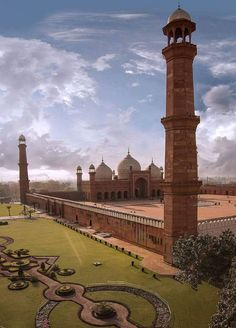 A fantastic shot of the world famous Badshahi Mosque, Lahore, Pakistan Islamic Architecture, Historical Architecture, Beautiful Mosques, Beautiful Places, Beautiful Pictures, Costa, Pakistan Independence Day, Pakistani Culture, Pakistan Travel