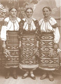 Ukrainian girls, Halychyna region of Ukraine. The old photo Ukrainian Dress, Ukrainian Art, Folk Clothing, Medieval Clothing, Traditional Fashion, Traditional Dresses, Old Photos, Vintage Photos, Folk Costume