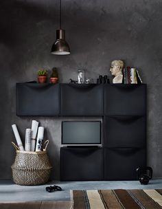Six armoires à chaussures IKEA TRONES arrangées pour créer un centre multimédia, avec TV posée sur l'une d'elles.